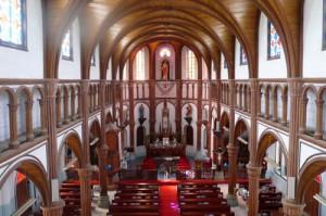 厳かな雰囲気に包まれる教会内部