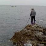 地磯でのルアー釣りの様子